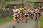 andy-brown-leading-out-the-pack-at-pendle-cloughs-fell-race